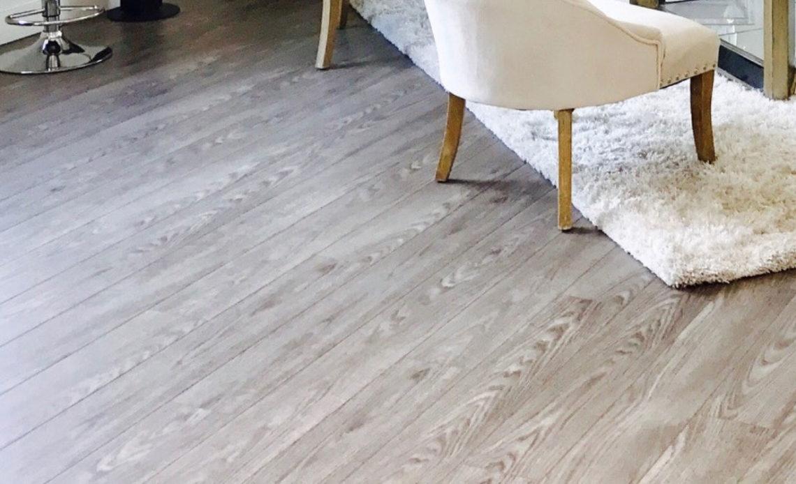 panele podlogowe renowacja W jaki sposób przeprowadzić renowację paneli podłogowych w mieszkaniu?
